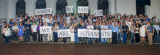 "group of botanists holding up signs reading ""we are botanists"" in English and Spanish"