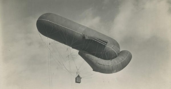 Presse-Photo-Syndikat, military dirigible with basket aloft (1914-1918). Webster Collection WWI Photos, Trinity College Library.